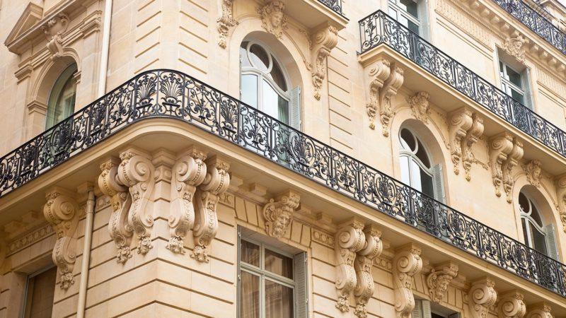 Façade d'un immeuble haussmannien à Paris