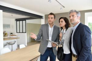 Chasseur immobilier avec ses clients